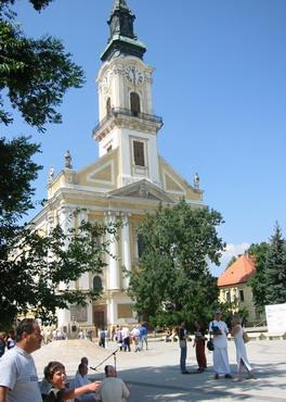 Du kan ikke unngå se Nagy Templom (den store katolske kirke). Kirken skriver seg tilbake fra 1806. På forsiden kan du se et minnesmerke over rytterregimentet som tjenestegjorde under første verdenskrig, samt borgere som døde under Uavhengighetskrigen (1848-1849), og Kesckémet-ofre som døde under andre verdenskrig