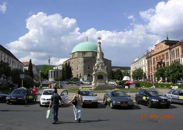 Pasha Kassim Gasi-moskeen med sin 27 m høye kuppel, og en diameter på 17 m. Den største tyrkiske bygning i Ungarn, oppført 1585. Moskeen er nå er katolsk kirke. Legg merke til at det på kuppelen er et kristent kors over den tyrkiske halvmånen.